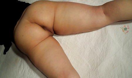 Темноволоса дівчина, на її колінах смоктати, і інтим зрілих